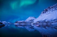Het fascineren Aurora borealis over Grotfjord Stock Afbeeldingen