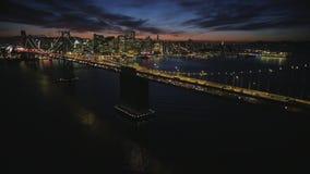 Het fascinerende luchtschot van de grote horizon van de binnenstad van staalgolden gate bridge San Francisco verlichtte nacht lic stock video
