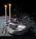 Het feestelijk plaats plaatsen en kaarslicht stock afbeelding
