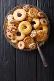 Het feestelijke close-up van de koekjesmengeling op een plaat verticale mening van hierboven Royalty-vrije Stock Fotografie