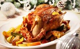 Het feestelijke geroosterde Hertevlees van de Kerstmisfazant met gerold bacon Stock Fotografie
