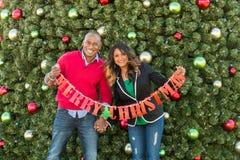 Het feestelijke vakantiepaar winkelen Stock Foto