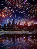 Het feestelijke vuurwerk over Angkor wat, Siem oogst, Kambodja Royalty-vrije Stock Foto's
