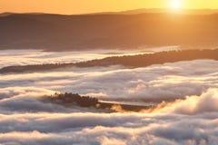 Het fenomeen van het de zomerweer Seizoengebonden landschap met ochtendmist in vallei Wolken doorweekte vallei onder het niveau v royalty-vrije stock afbeelding