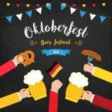 Het festival kleurrijke affiche van het Octoberfestbier Samenstelling met menselijke handen die bier in centrum en bierglazen bin vector illustratie