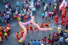 Het festival van de draakdans over de straat Stock Foto