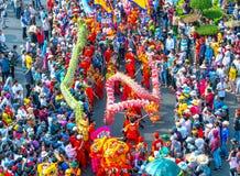 Het festival van de draakdans over de straat Stock Afbeelding