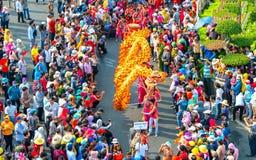 Het festival van de draakdans over de straat Royalty-vrije Stock Afbeeldingen
