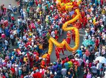 Het festival van de draakdans over de straat Stock Fotografie