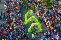 Het festival van de draakdans over de straat Stock Afbeeldingen