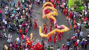 Het festival van de draakdans over de straat stock video
