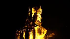 Het festival van heilige Jean in Frans dorp Vlammend beeldhouwwerk van paard stock footage