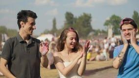 Het Festival van Holi van Kleuren De multi-etnische vrienden vieren het holifestival, Gekke jongeren die pret hebben bij Holi-koe stock footage
