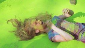 Het Festival van Holi van kleuren Kinderen in groene verf Holi stock video
