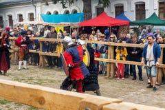 Het festival van Joustingsslagen van middeleeuwse cultuurbuitenpost 2016 in kamenetz-Podolsk Stock Afbeelding