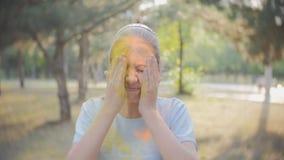 Het festival van kleuren Holi Het portret van een meisje zelf overgoot met gekleurd poederfestival van kleuren Holi stock video