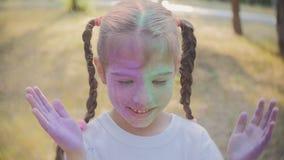 Het festival van kleuren Holi Het portret van een meisje zelf overgoot met gekleurd poederfestival van kleuren Holi stock footage