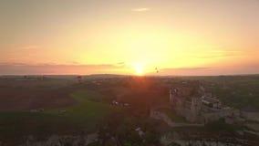 Het festival van luchtballons in kamianets-Podilskiy Kasteel de Oekraïne op zonsondergang stock videobeelden