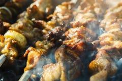 Het festival van het straat snelle voedsel, kebab bij grillclose-up royalty-vrije stock fotografie