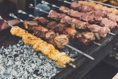 Het festival van het straat snelle voedsel, rundvlees en kippenkebab bij grill royalty-vrije stock foto's