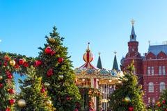 Het Festivalreis van Moskou aan Kerstmis Verlichte Nieuwjaarbomen en Carrousel op Manezhnaya-Vierkant voor Historisch Museum Stock Afbeeldingen