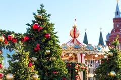 Het Festivalreis van Moskou aan Kerstmis Verlichte Nieuwjaarbomen en Carrousel op Manezhnaya-Vierkant voor Historisch Museum Stock Foto's