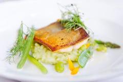 Het fijne dineren, Forelvisfilet gepaneerd in kruiden en kruid stock afbeeldingen