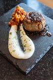 Het fijne dineren: Minidierundvleeslapje vlees met vleessaus met brijaardappel en salade wordt gediend royalty-vrije stock foto