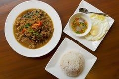 Het fijngehakte basilicum van de varkensvleesspaanse peper met rijst en ei Royalty-vrije Stock Foto's