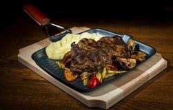 Het fijngestampte Varkensvlees van aardappelsgriled Royalty-vrije Stock Fotografie