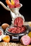 Het fijnhakken van een selectie van ruw vlees voor barfvoedsel voor huisdieren royalty-vrije stock foto