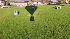 Het filmen van start van van de hete luchtballon terwijl het berijden in de ballooning mand tijdens een vlucht in Kirchberg in Ti stock videobeelden