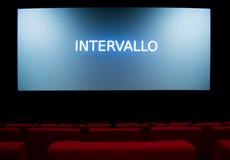 Het filmscherm en rode stoelen binnen van een bioskoop Stock Afbeeldingen