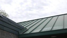 Het filteren onderaan over een groen metaaldak op een gebouw stock footage