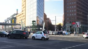 Het filteren van dagvideo van auto's, verkeer en mensen door het station of bahnhof in Potsdamer Platz, Berlijn, Duitsland stock footage
