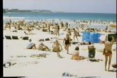 Het filteren van overvol strand stock video