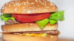 Het filteren van schot die sappig vers snel voedselhamburger of hamburger of cheeseburgerclose-up roteren stock footage