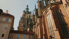 Het filteren van Schot van St Vitus Cathedral op Sunny Day stock video