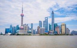 Het financiële centrum van Pudonglujiazui opzij de huangpurivier Royalty-vrije Stock Fotografie