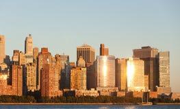 Het Financiële District van Manhattan bij zonsondergang van Jersey Stock Foto