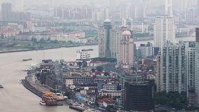 Het financiële district van Shanghai Lujiazui en Huangpu-rivier, Shanghai, China stock videobeelden