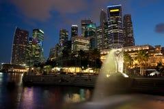 Het Financiële District van Singapore bij Schemer Royalty-vrije Stock Foto