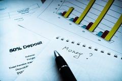 Het financiële verslag van de inkomensverklaring met pen Financiële analyse - businessplan royalty-vrije stock foto's