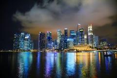 Het financiële district van Singapore bij de nacht Royalty-vrije Stock Afbeeldingen