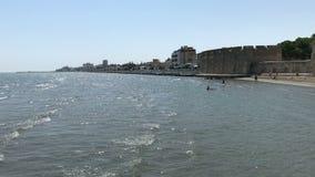 Het Finikoudes-strand en het middeleeuwse kasteel van Larnaca stock footage