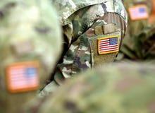 Het flardvlag van de V.S. op militairenwapen De troepen van de V.S. stock foto