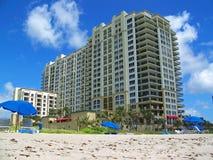 Het Flatgebouw met koopflats van het strand Stock Afbeeldingen