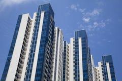 Het Flatgebouw met koopflats van Upscale royalty-vrije stock foto's