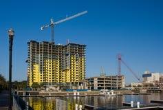 Het flatgebouw met koopflatsbouw van de waterkant Royalty-vrije Stock Foto