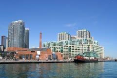 Het flatgebouw met koopflatsgebouwen van Lakefront Stock Foto